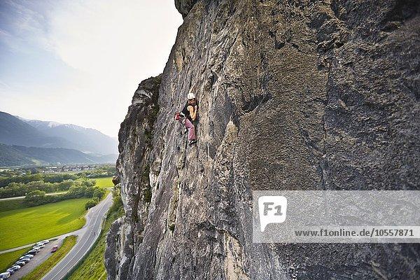 Kletterin,  Frau klettert im Vorstieg an einer Felswand,  Martinswand,  Zirl,  Tirol,  Österreich,  Europa