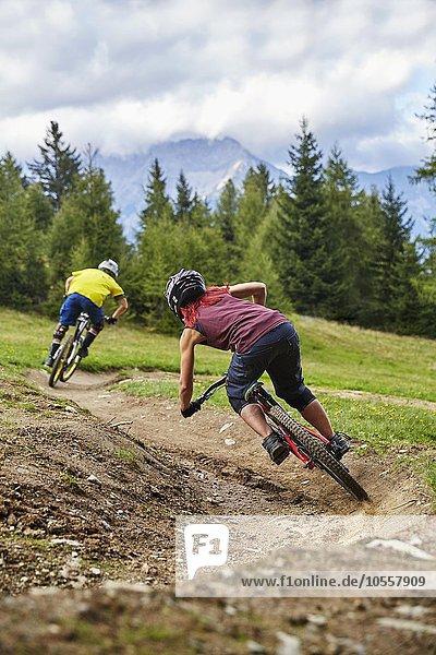 Mountainbiker  Downhill Biker fahren einen Downhilltrail  Mutterer Alm  Muttereralmpark  Mutters  Tirol  Österreich  Europa
