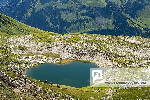 Wanderer am Laufbichelsee  Allgäuer Alpen  Allgäu  Bayern  Deutschland  Europa
