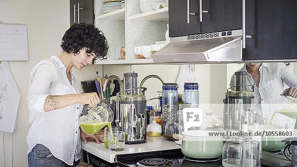 Europäer Frau eingießen einschenken Küche Saft