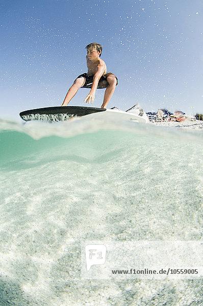 niedrig stehend Mann Surfboard Ansicht Flachwinkelansicht Winkel