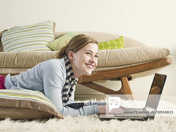 benutzen Europäer Frau Notebook Teppichboden Teppich Teppiche