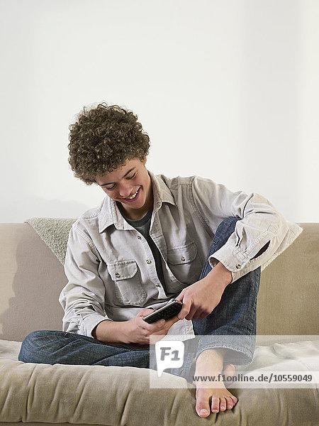 Handy benutzen Mann Couch mischen Mixed