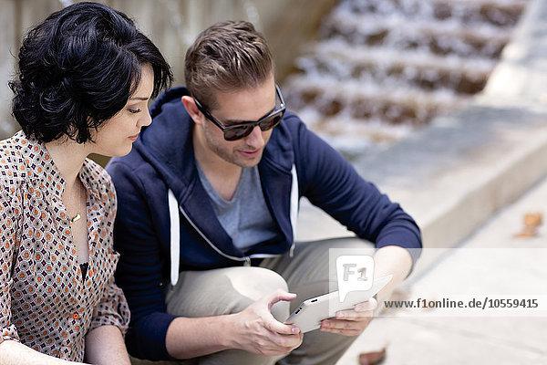 benutzen Springbrunnen Brunnen Fontäne Fontänen Europäer Mensch Menschen Tablet PC Business Zierbrunnen Brunnen