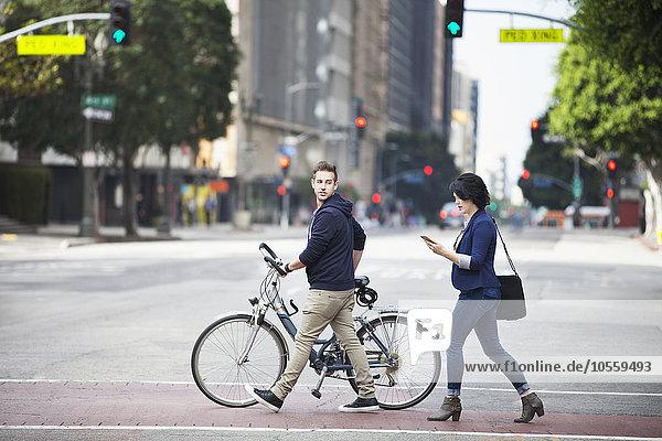 überqueren Europäer Mensch Menschen Straße Großstadt Business