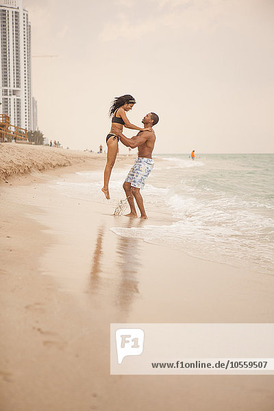 Mann Freundin Strand heben Ozean