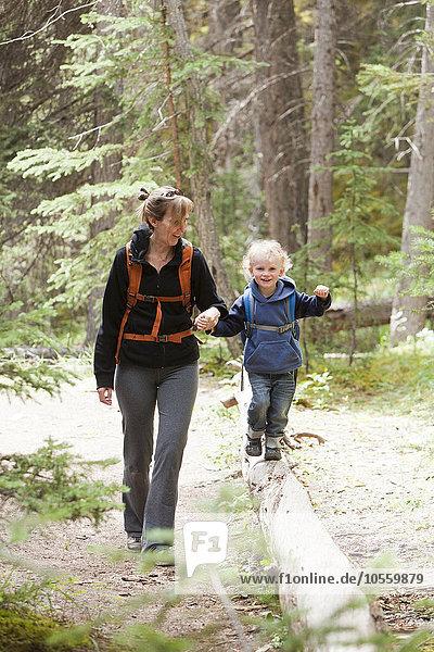Europäer Sohn Wald wandern Mutter - Mensch