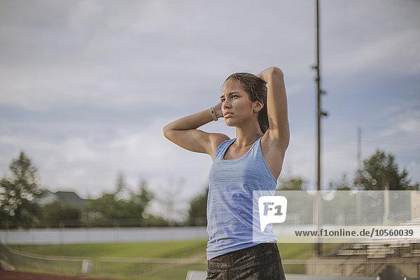 stehend Athlet mischen Feld Mixed Sport
