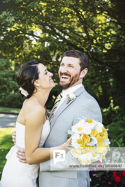 Europäer umarmen Braut Bräutigam Garten