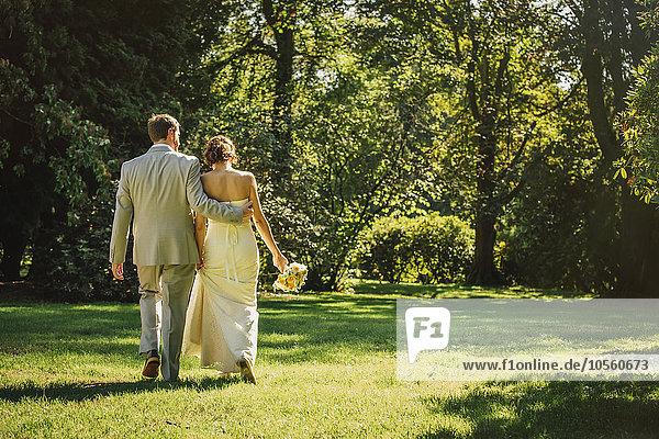 Europäer Braut Bräutigam gehen Gras