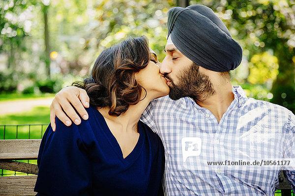 Städtisches Motiv Städtische Motive Straßenszene küssen Sitzbank Bank Indianer