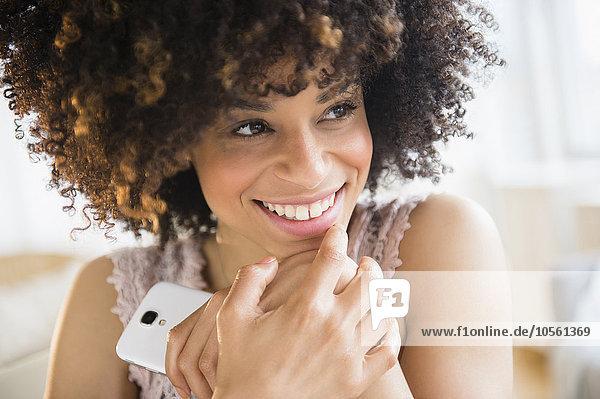 Handy Frau lächeln halten mischen Mixed