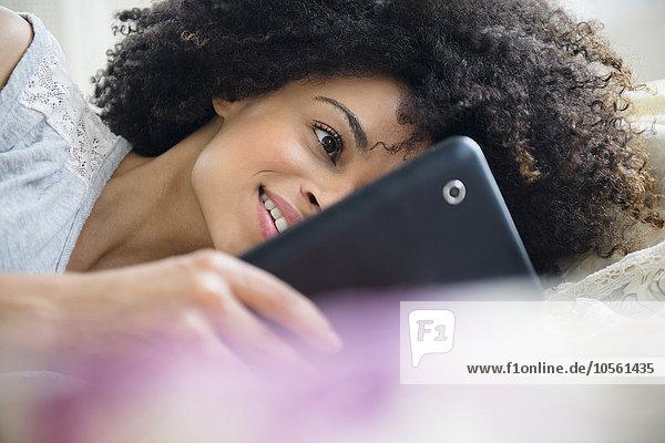 benutzen Frau Bett mischen Tablet PC Mixed