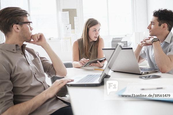 benutzen Mensch Technologie Büro Menschen Geschäftsbesprechung Besuch Treffen trifft Business