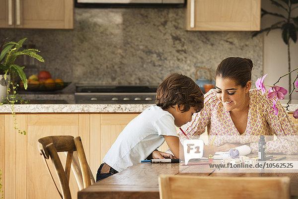 Sohn Hispanier Spiel Tisch Mutter - Mensch spielen