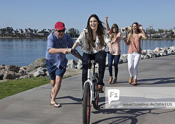 Frau Mann schieben Ufer Fahrrad Rad