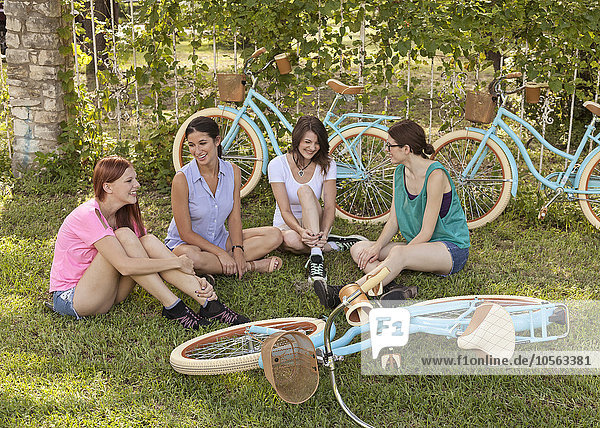 sitzend Frau Fahrrad Rad Gras