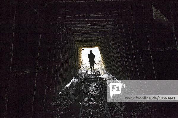Mann gehen Bergwerk Grube Gruben