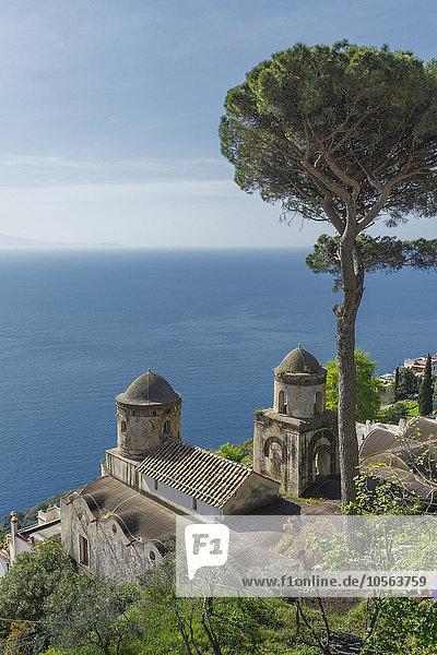 hoch oben Hügel Meerlandschaft Ignoranz Kirche Ansicht Flachwinkelansicht Winkel