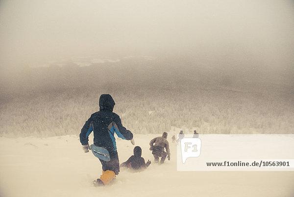 Europäer gehen Hügel Schnee wandern