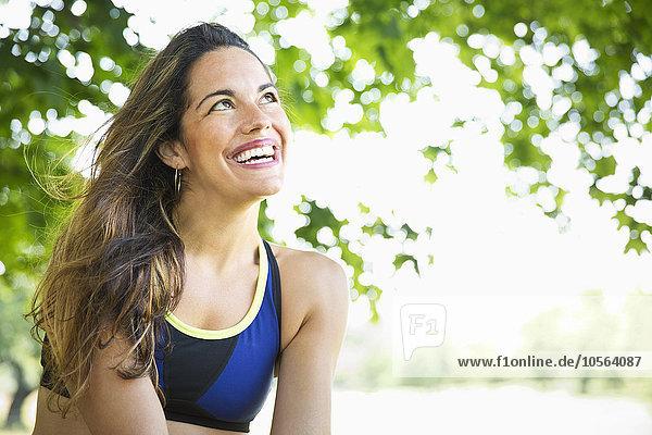 Außenaufnahme Frau lächeln mischen Mixed freie Natur