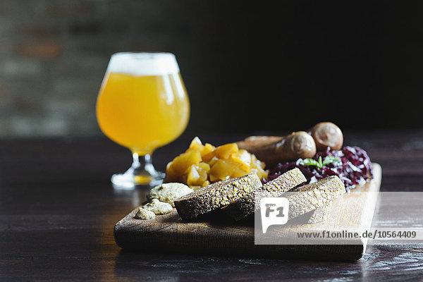 einsteigen Brot schneiden Frucht Käse Bier