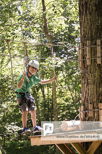 Europäer Junge - Person balancieren Wald Slackline