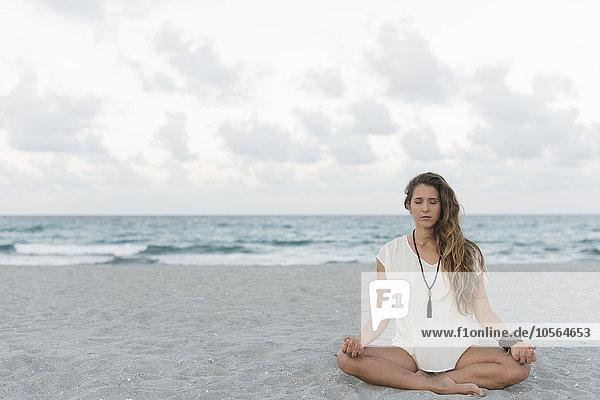 Frau Strand Hispanier Meditation