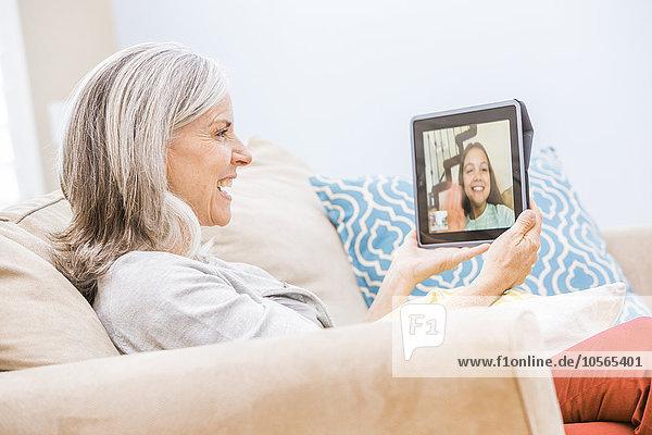Europäer Enkeltochter Großmutter Tablet PC