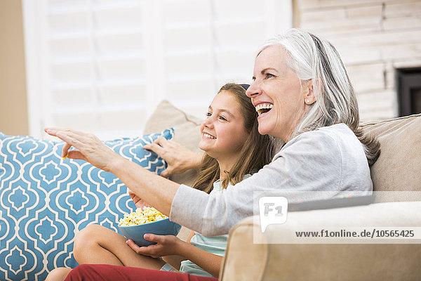 Europäer sehen Couch Enkeltochter Großmutter Fernsehen