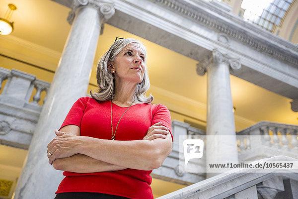 Gerichtsgebäude stehend Europäer Geschäftsfrau