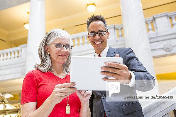 Gerichtsgebäude benutzen Mensch Menschen Tablet PC Business