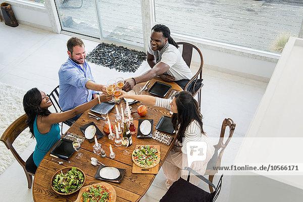 Freundschaft am Tisch essen Zimmer Tisch