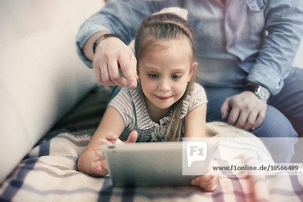 benutzen Europäer Menschlicher Vater Tablet PC Tochter benutzen,Europäer,Menschlicher Vater,Tablet PC,Tochter