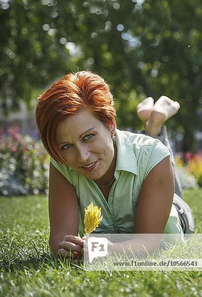 Europäer Frau lächeln Gras