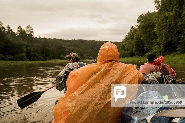 Mensch Menschen Boot Fluss Kleidung