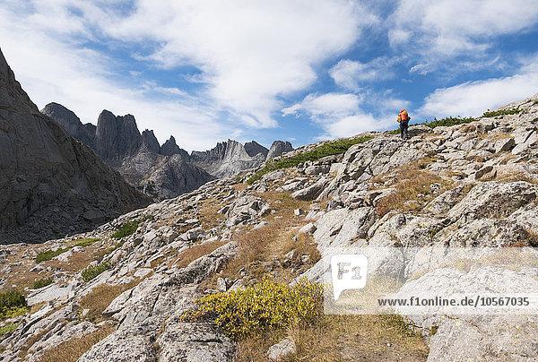 Europäer Felsen gehen Hügel wandern