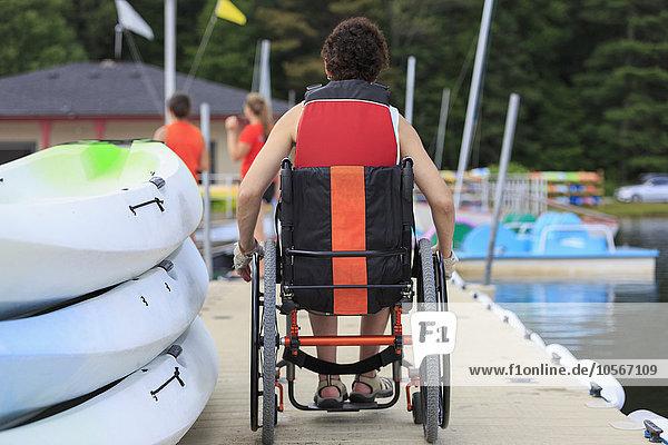 Behindertensport sitzend Europäer Frau Dock
