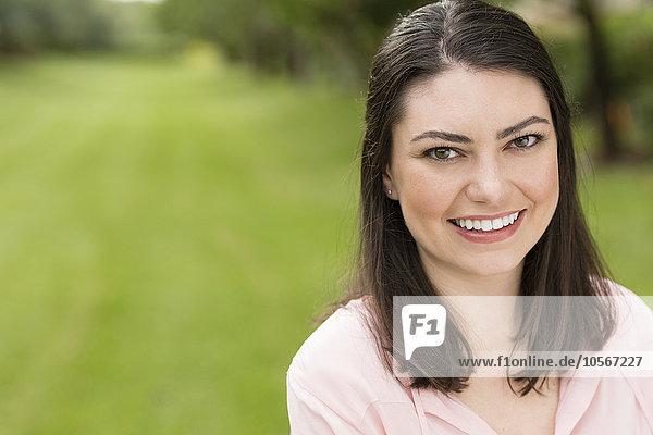 Außenaufnahme Frau lächeln Hispanier freie Natur