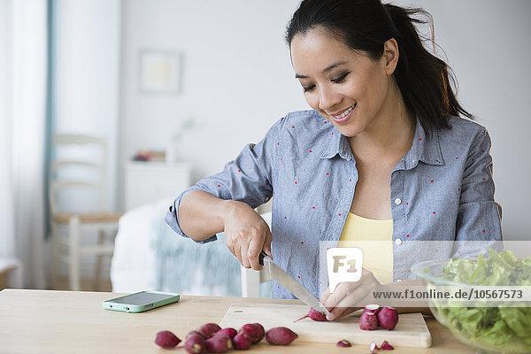 Frau Vorbereitung Salat chinesisch