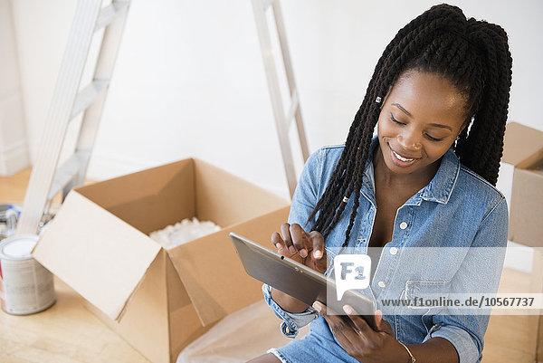 benutzen Frau schwarz Tablet PC Eigentumswohnung neues Zuhause