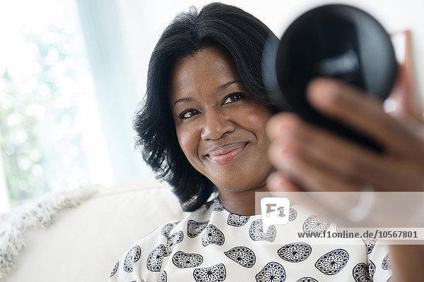 Frau Bewunderung schwarz kompakt Spiegel