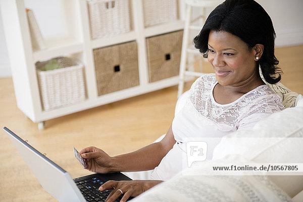 Frau Notebook schwarz bezahlen zahlen Rechnung