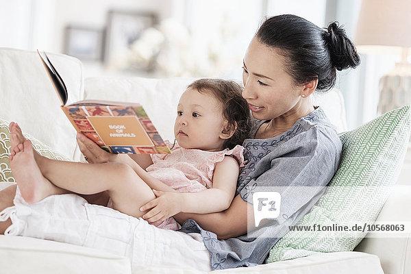 Couch Tochter Mutter - Mensch Baby vorlesen