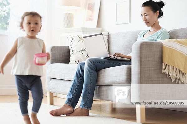 benutzen Notebook Ignoranz Tochter Mutter - Mensch Baby