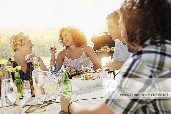 Außenaufnahme Zusammenhalt Freundschaft essen essend isst freie Natur