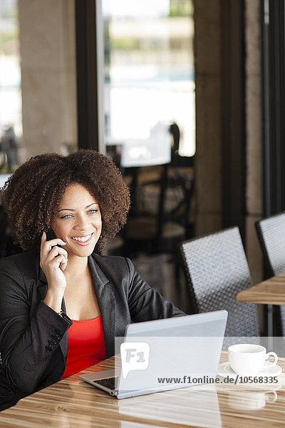 Handy Frau sprechen Cafe mischen Mixed