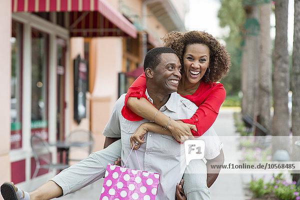 Außenaufnahme Mann Freundin tragen huckepack freie Natur