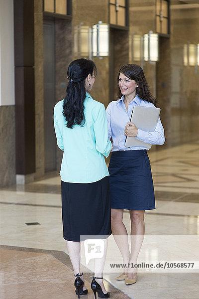 Europäer Geschäftsfrau sprechen Büro