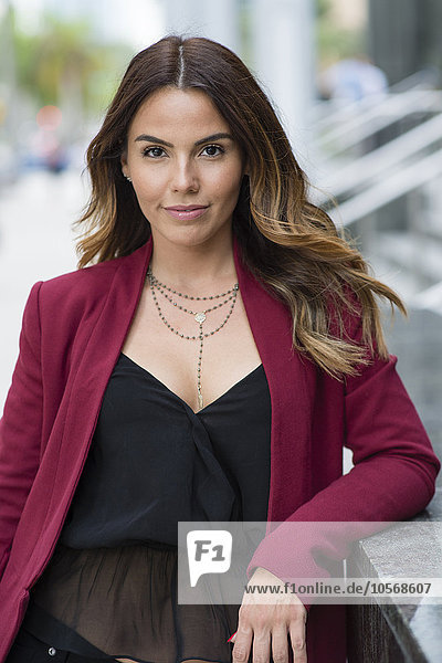 Außenaufnahme Geschäftsfrau lächeln Hispanier freie Natur